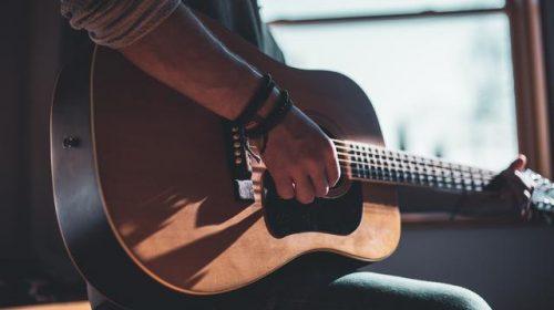 bermain gitar